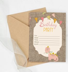 free shabby chic dinosaur birthday invitation - This fill-in invitation is great for small partiies. Just print and fill them out. Features a burlap background with colorful banner and a cute dinosaur. #firstbirthday #partydecor #dinosaurparty #dinsoaurbirthay #dinosaurbaby